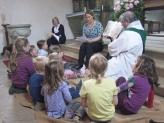 Kindergd Pfarrer mit KindernIMG_8428
